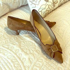 Suede Tahari kitten heel brown pumps